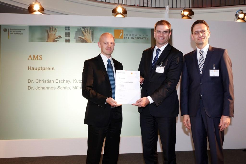 von links Preisträger AMS Dr. Christian Eschey und Dr. Johannes Schilp mit Stefan Schnorr BMWi