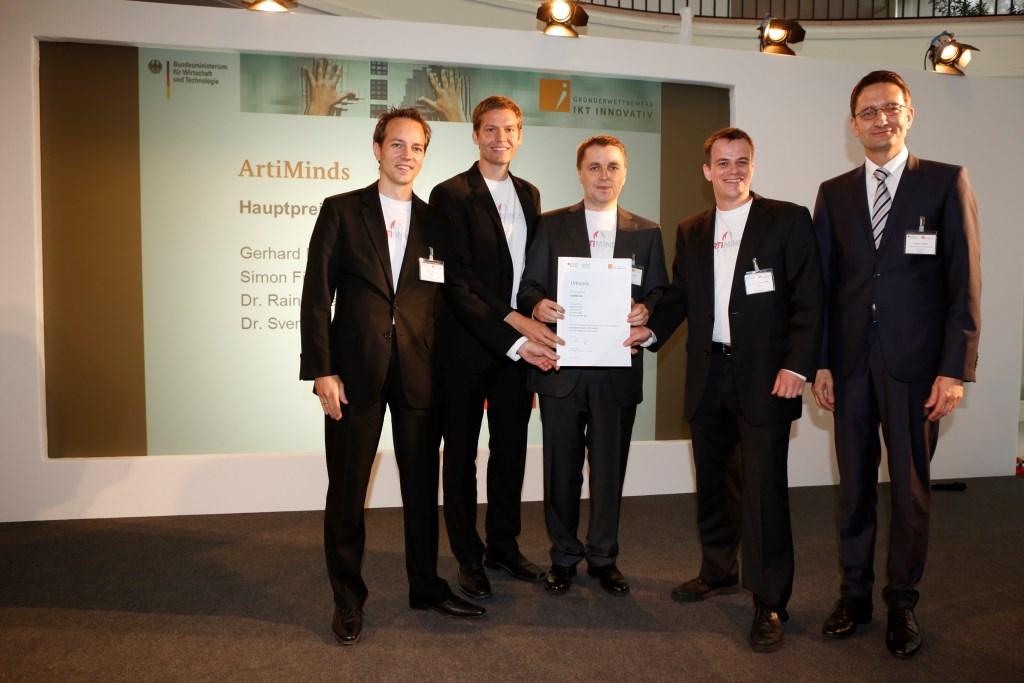 von links Preisträger ArtiMinds Simon Fischer Dr. Rainer Jäkel Gerhard Dirschl und Dr. Sven Schmidt-Rohr mit Stefan Schnorr BMWi