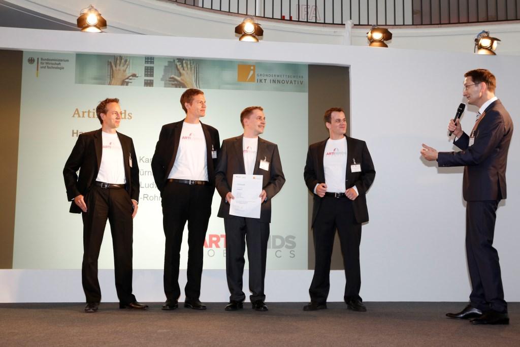 von links Preisträger ArtiMinds Simon Fischer Dr. Rainer Jäkel Gerhard Dirschl und Dr. Sven Schmidt-Rohr mit Stefan Schnorr BMWi 2