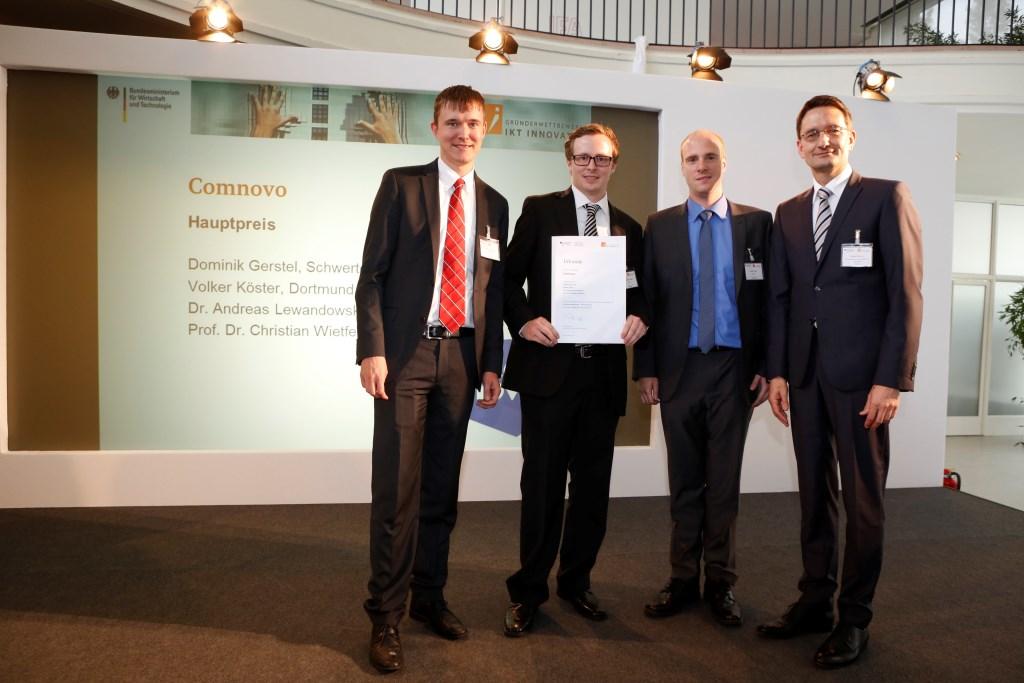 von links Preisträger Comnovo Dr. Andreas Lewandowski Dominik Gerstel und Volker Köster mit Stefan Schnorr BMWi
