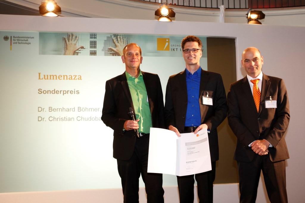 von links Sonderpreisträger Lumenaza Dr. Christian Chudoba und Dr. Bernhard Böhmer mit Peter Kellendonk