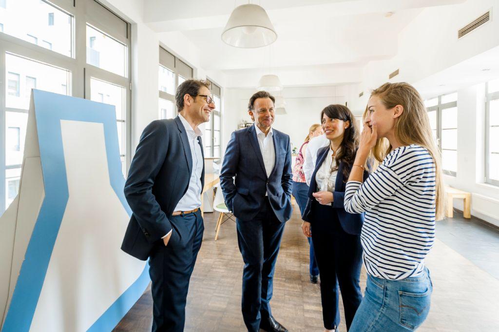 Dr. Bernd Siegfried, Geschäftsführer der KfW Stiftung und Sebastien Martin, Leiter des Social Impact Lab bei der Vorstellung der neuen Innovationsförderung um den Schwerpunkt Digitalisierung in den Räumen des Social Impact Lab in Frankfurt.