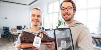 Philipp Mayer (links) und Lukas Pünder helfen mit ihrem Blockchain-Start-up retraced Modemarken, ihre Lieferketten zu überwachen und machen sie per QR-Code auf dem Smartphone für Verbraucher transparent. Das Förderprogramm NRW.Start-up akut war ein stabilisierender Faktor auch für die Investoren.